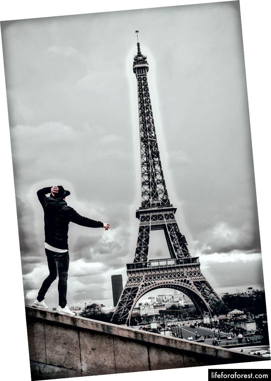 """""""Mann ved siden av Eiffeltårnet"""" av Alexey Soucho på Unsplash"""