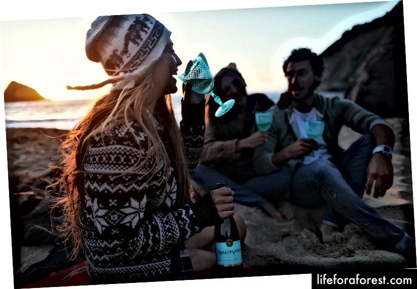 """""""Žena se usmívá při chůzi s přáteli"""" od Davida Calderóna na Unsplash"""
