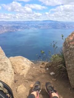 Bảo đảm duy nhất là cái chết. Tất cả những thứ khác là tạm thời. Nhìn ra hồ Atitlan.