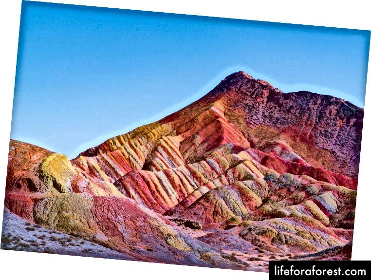 Danxia znamená růžový mrak, který vyhovuje místu s červenou barvou obklopující oblast.