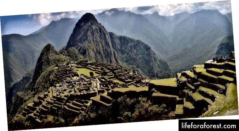 Machu Picchu leží ve výšce 2 400 metrů nad mořem.
