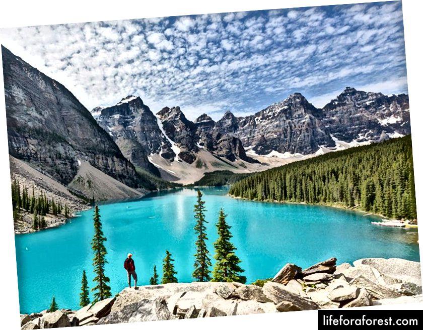 Moraine Lake je populární přírodní atrakcí v kanadských Skalistých horách díky své kráse a aktivitám.