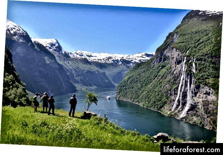 Banky Geiranger Fjordu obsahují několik farem, z nichž většina byla opuštěná, i když některé již byly obnoveny.