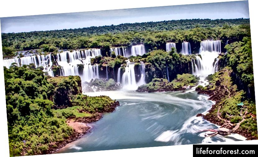 Na vodopádech je místo, které může pozorovatel vydržet a být obklopen asi 260 stupni vodopádů.