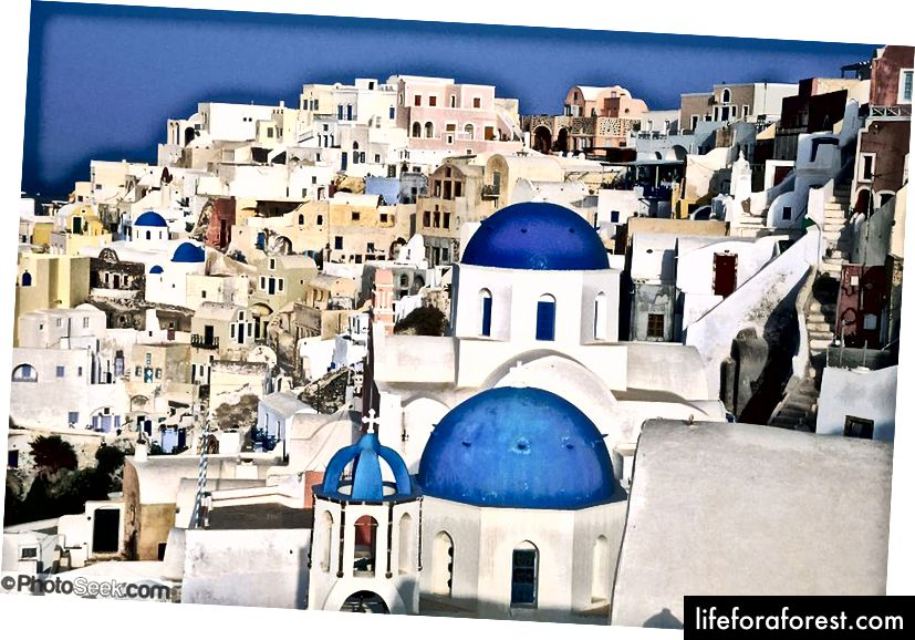 Oia là một thị trấn ven biển trên mũi phía tây bắc của Santorini, một hòn đảo Aegean của Hy Lạp.