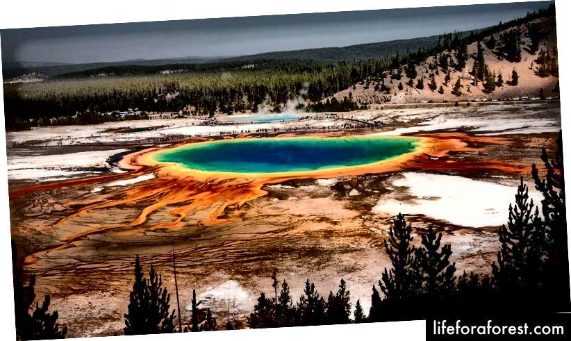 Grand Prismatic Spring má průměr přibližně 110 metrů (370 stop) a je hluboký 50 metrů (160 stop).