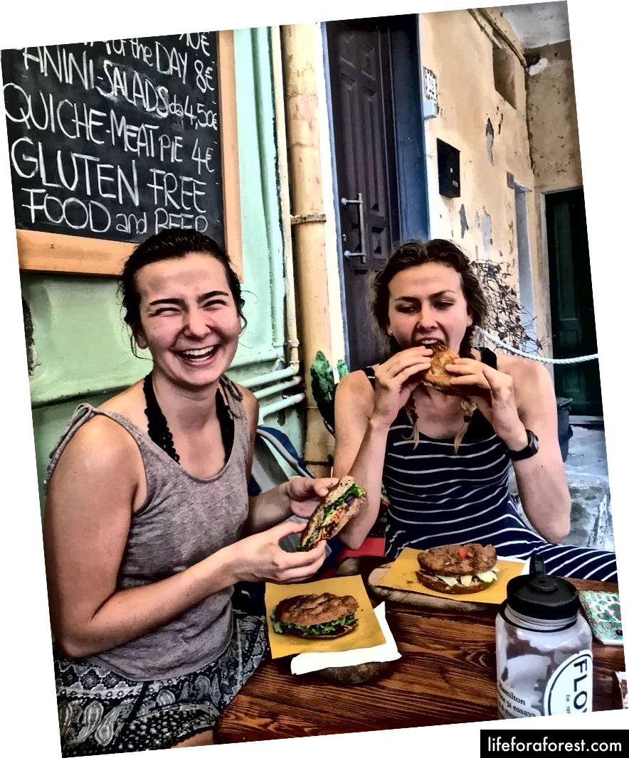 Chị tôi (trái) và tôi đang thưởng thức vài chiếc bánh sandwich Focaccia ở Cinque Terre, Ý.