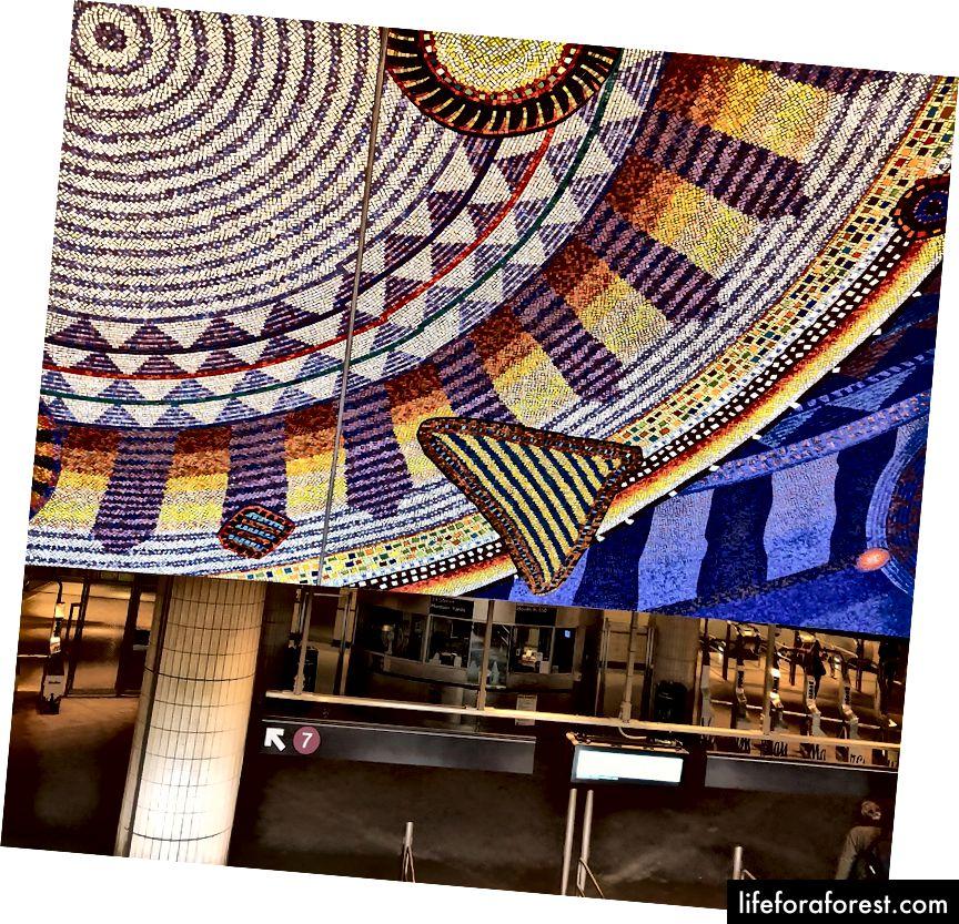 Rung động Funktional của Xenobia Bailey tiếp tục bên ngoài ga tàu điện ngầm St.-Hudson Yards thứ 34 ở New York. | Ảnh: M. Yung