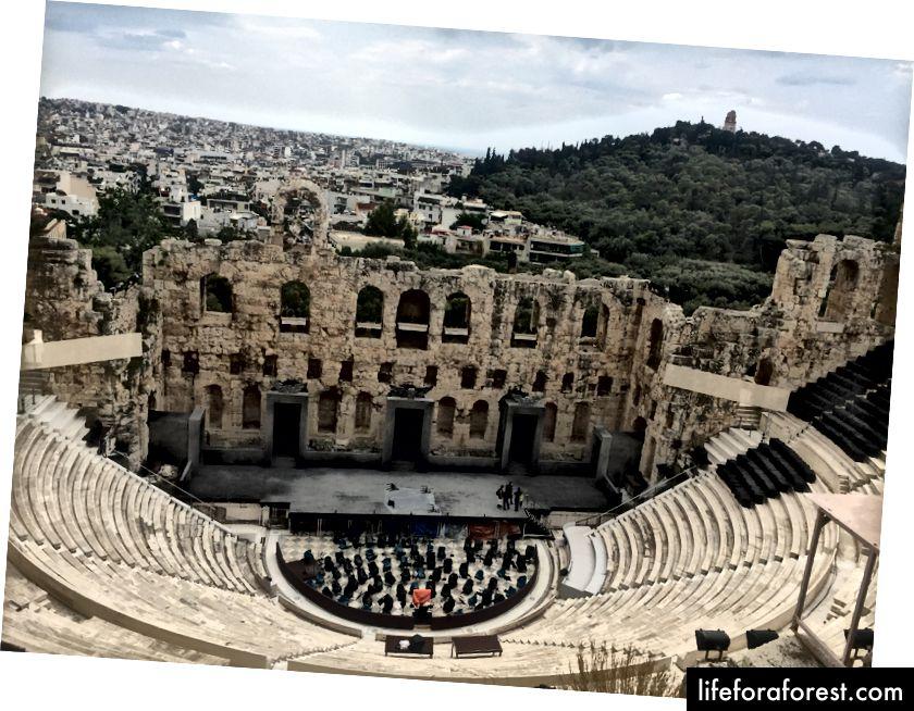 Ruiner av et amfiteater på vei til Akropolis.