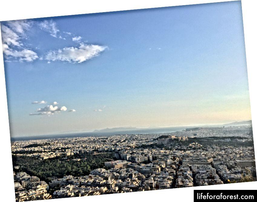 Pohled z Mt. Lycabettus - Parthenon lze považovat za malé místo nad kopcem napravo