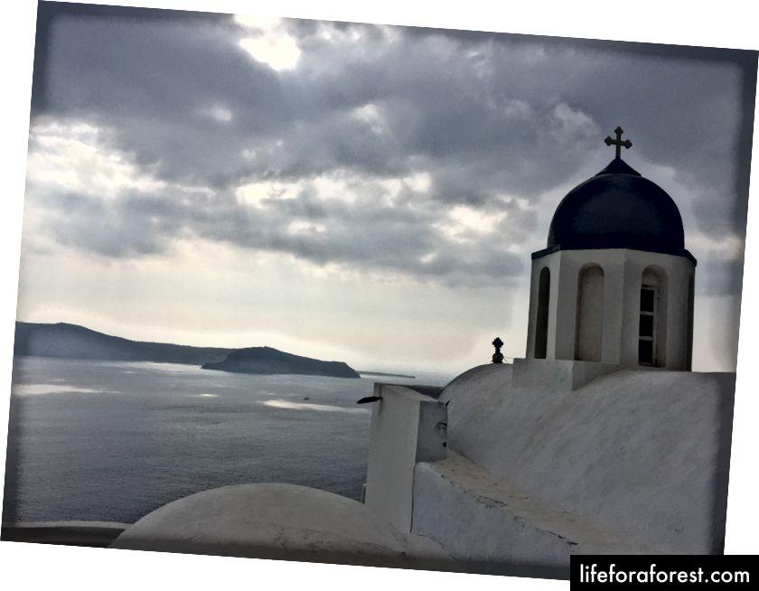 Skrytý kostel za skálou Skaros.