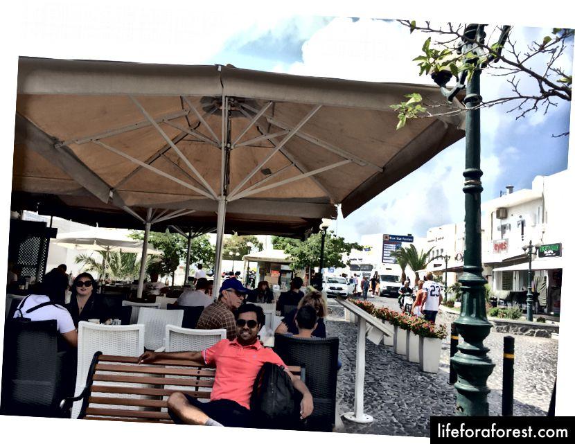 Ved Fira bussstand - Avreise til havnen i Athinios for fergen vår til IOS.
