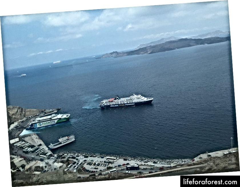 Athinios port, jak je patrné z autobusu sestupu k němu.