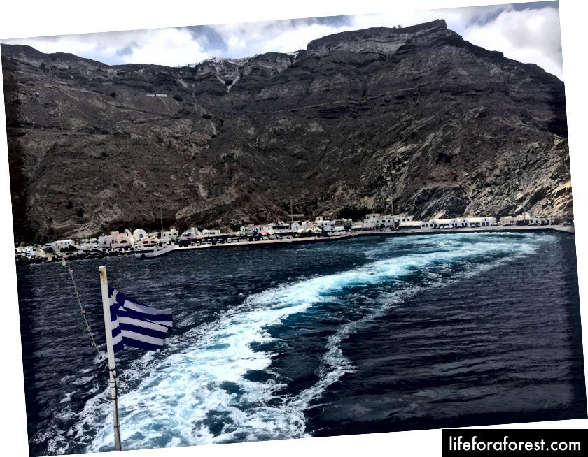 Přístav Athinios, jak je vidět z trajektu odjíždějícího do Iosu.