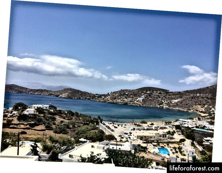 Ios port a pláž Gialos, jak je vidět z našeho airbnb