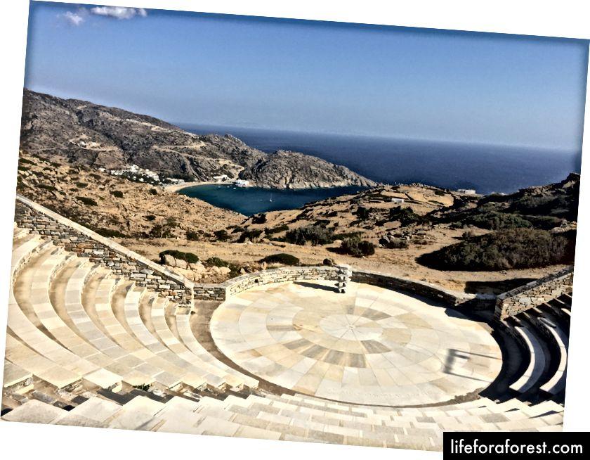 Amfiteátr, který jsme navštívili po návratu do Chory, lze vidět na pozadí Mylopotas Beach