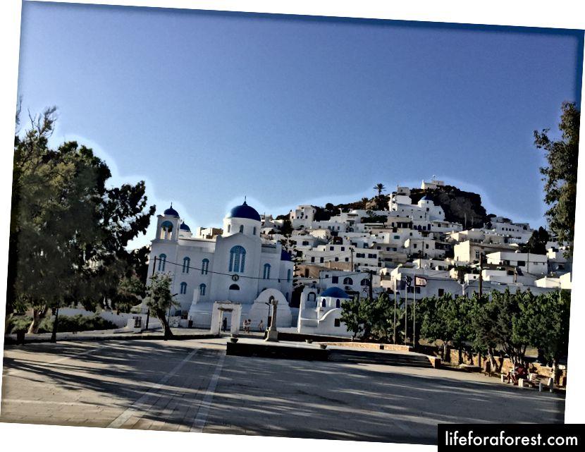 Byen Chora med den vakre kirken. Vi klatret også til bakkens øverste sted - 3 kirker på rad
