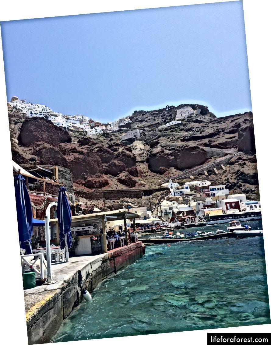Amoudi-bukten i Oia-bratte trapper kan sees som fører til denne havnen. Tok fergen til Therasia herfra