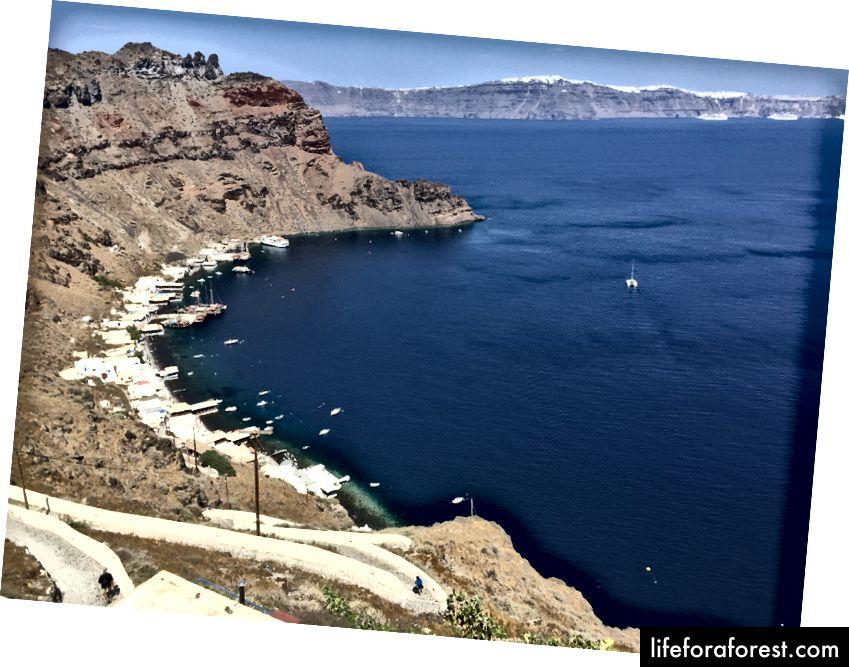 Přístav Korfos v Therasii. Naštěstí nemuseli odtud stoupat, protože jsme se dostali z druhé strany (Port Riva) v autobuse do města