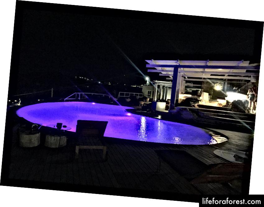 Krásný nekonečný bazén v letovisku!