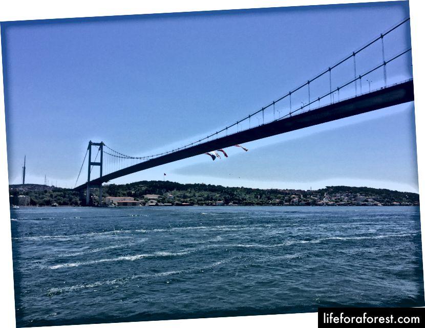 Most Bosporu, který spojuje asijský a evropský kontinent Turecka