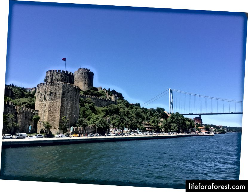 Palác Topkapi, jak je vidět z trajektu, neměli jsme čas na jeho návštěvu, ale pokud jste v Istanbulu, stálo to za to střílet