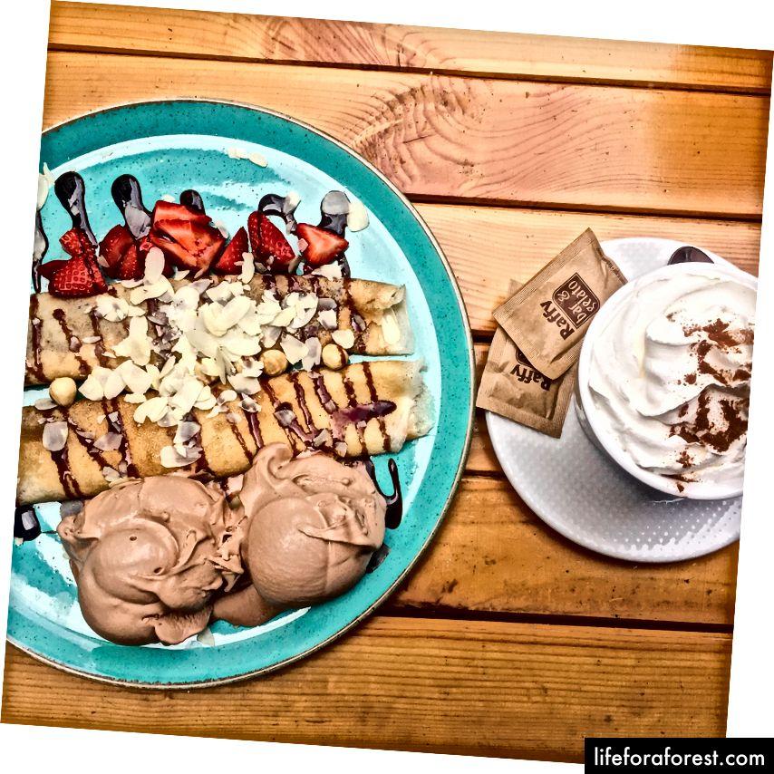 Bánh kếp Hazelnut và một latte bí ngô.