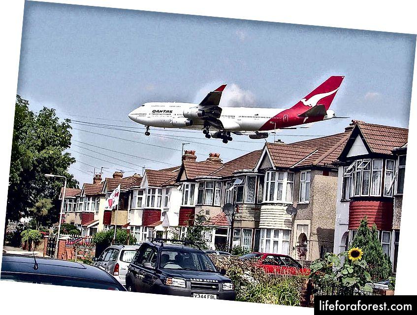 Một chiếc máy bay Boeing 747 của400 Qantas (chưa rõ đăng ký) tiếp cận đường băng 27L tại sân bay Heathrow ở London, Anh. Những ngôi nhà nằm ở Myrtle Avenue, ở góc đông nam của sân bay (ảnh của Arpingstone, nguồn: Wikiepedia - PD)