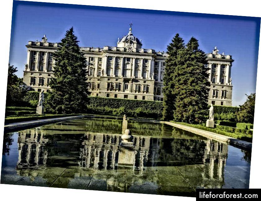 Cung điện Hoàng gia Madrid, ảnh của Cole. RM (nguồn: Wikiepedia, được sử dụng theo các điều khoản)