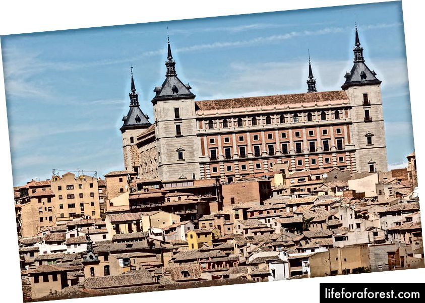 Vista del Alcázar de Toledo desde el Mirador del Valle (ảnh của Rafa Esteve, nguồn: Wikipedia, được sử dụng theo thuật ngữ)