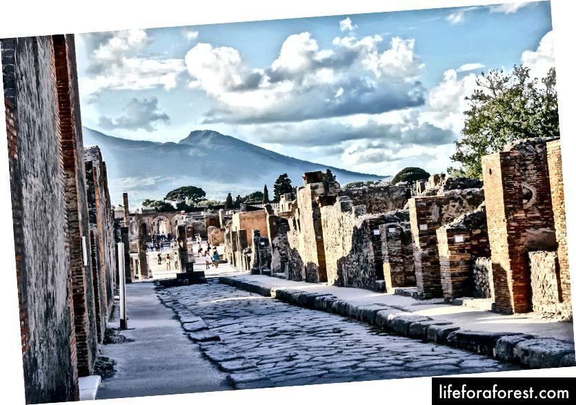 Tänav Pompeiis, taustal Vesuuvuse mägi. Foto autor DUOTONE_ Pixabay.com kaudu