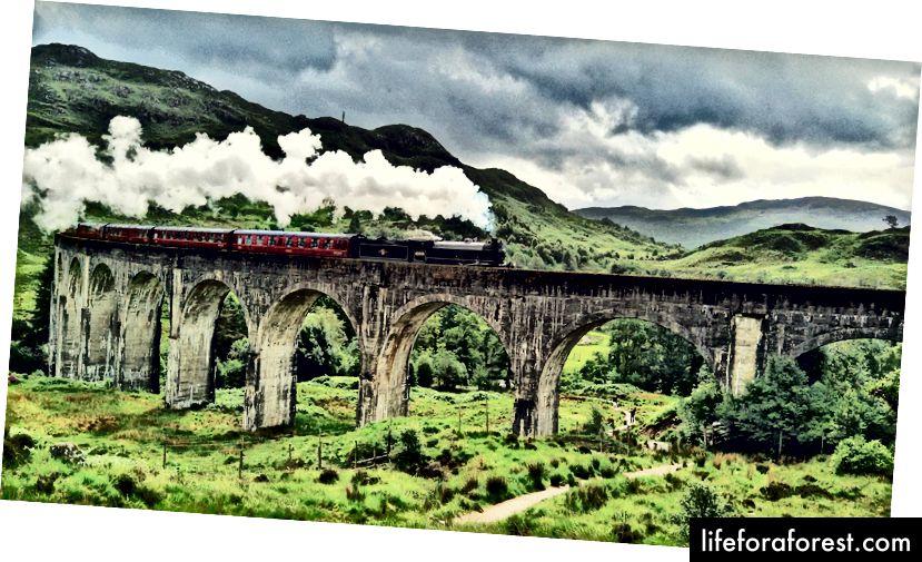 Det er billigere å bestille tog på forhånd, men for Hogwarts Express må du motta et brev fra Hogwarts først ... eller betale £ 35 for det. Jeg satt imidlertid på cheapo £ 7-toget, for budsjett. - Glenfinnan, Skottland.