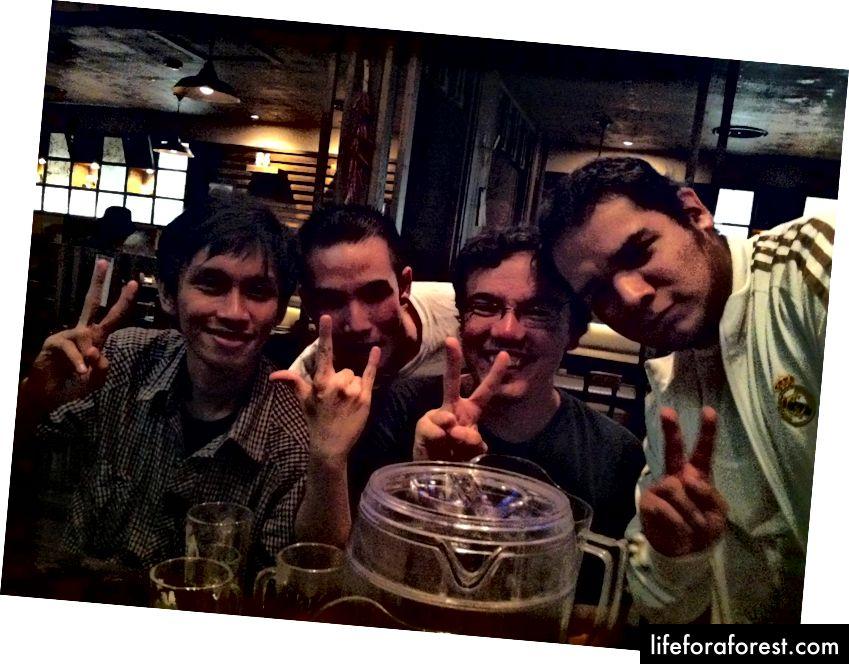 Forfatteren i Sør-Korea, drikker øl med venner, 2012