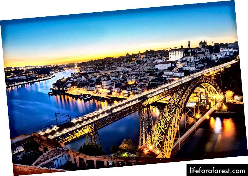 Západ slunce v Porto nad mostem Dom Luis I.