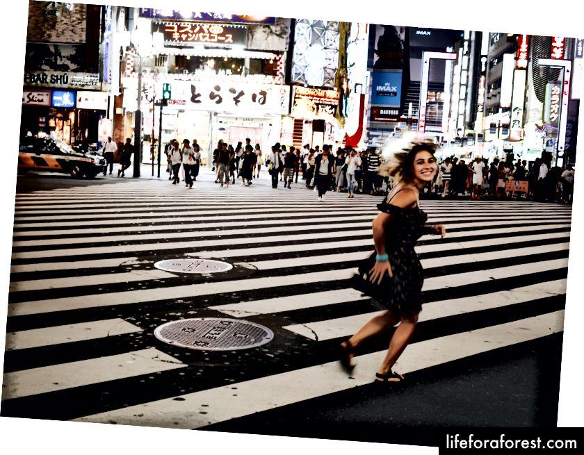 Min venn Lucia ved et kryss i Tokyo (ligner Shibuya-krysset!)