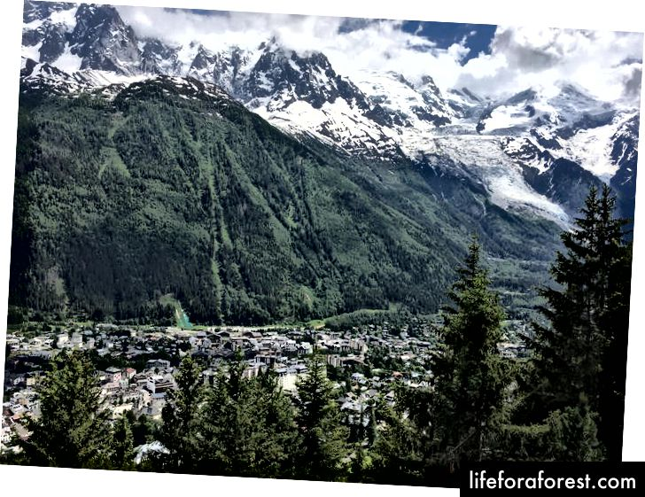 Mt. Blanc bersembunyi di awan jauh di atas Chamonix