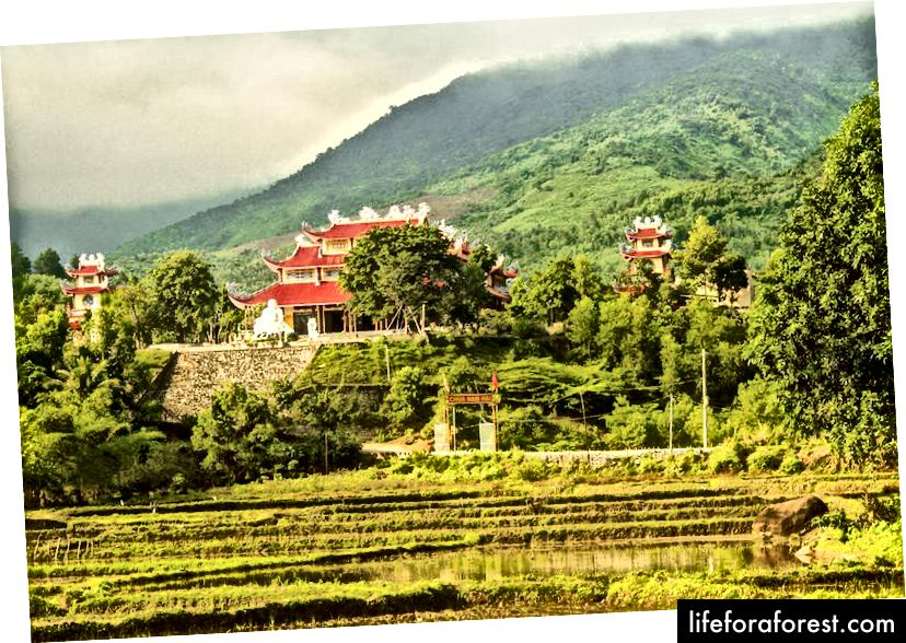 Krásná pagoda, kterou jsme jeli během našeho výletu do Vietnamu.