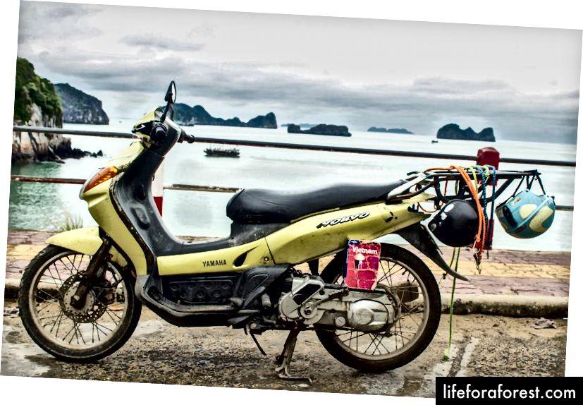 Náš automatický motocykl Yamaha Nouvo 1 s výhledem na záliv Cat Ba.