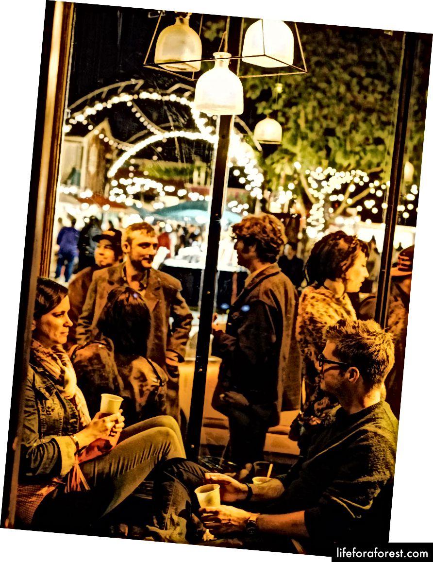 Frantsuzlar ko'chasi, 20 dan ortiq bar, klub va restoranlarning uch blokli kontsentratsiyasi.
