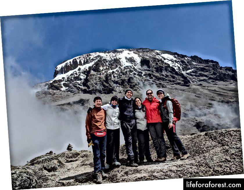 Team etter å ha ryddet Barranco-muren på Lemosho-ruten foran toppen, Mount Kilimanjaro nasjonalpark. Fotokreditt. S. Kusamba