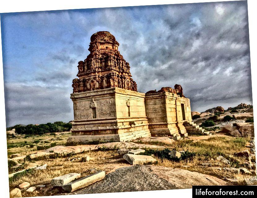 Đền Thiruvengalanatha gần Kamalapura bên ngoài khu vực bán vé (Ảnh: Tathagata Neogi)