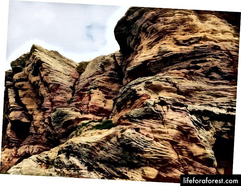 Batu pasir lapuk multi-warna di Gua Caiplie, satu set formasi batuan antara Crail dan Anstruther.