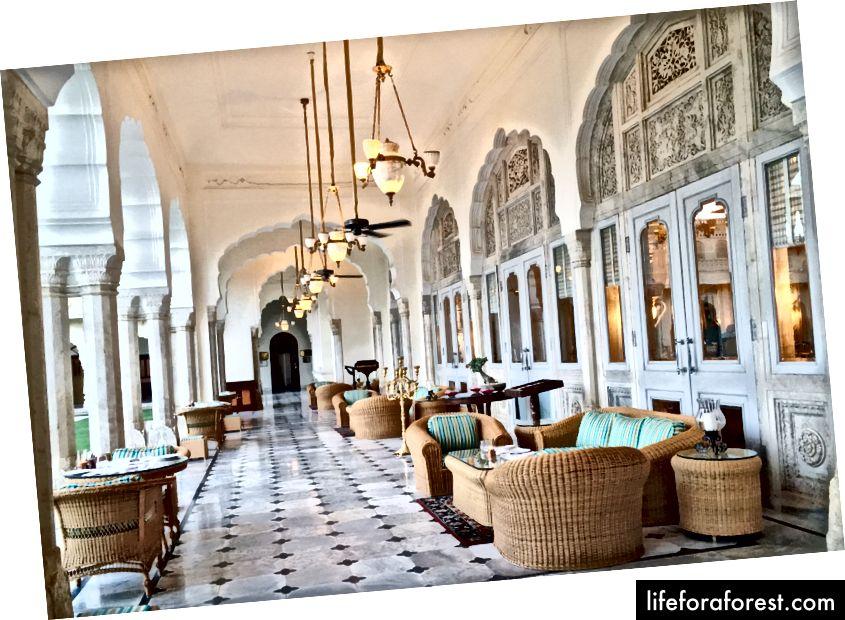 Hành lang của cung điện Rambagh. Mario Testino đã thực hiện một cảnh quay tuyệt đẹp của Kendall Jenner tại đây cho Vogue Ấn Độ.