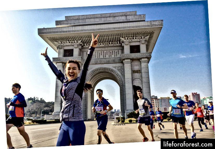 Phía trước Arch of Triumph của Bắc Triều Tiên, được mô phỏng theo Khải Hoàn Môn ở Paris, nhưng cao hơn. Tốt..