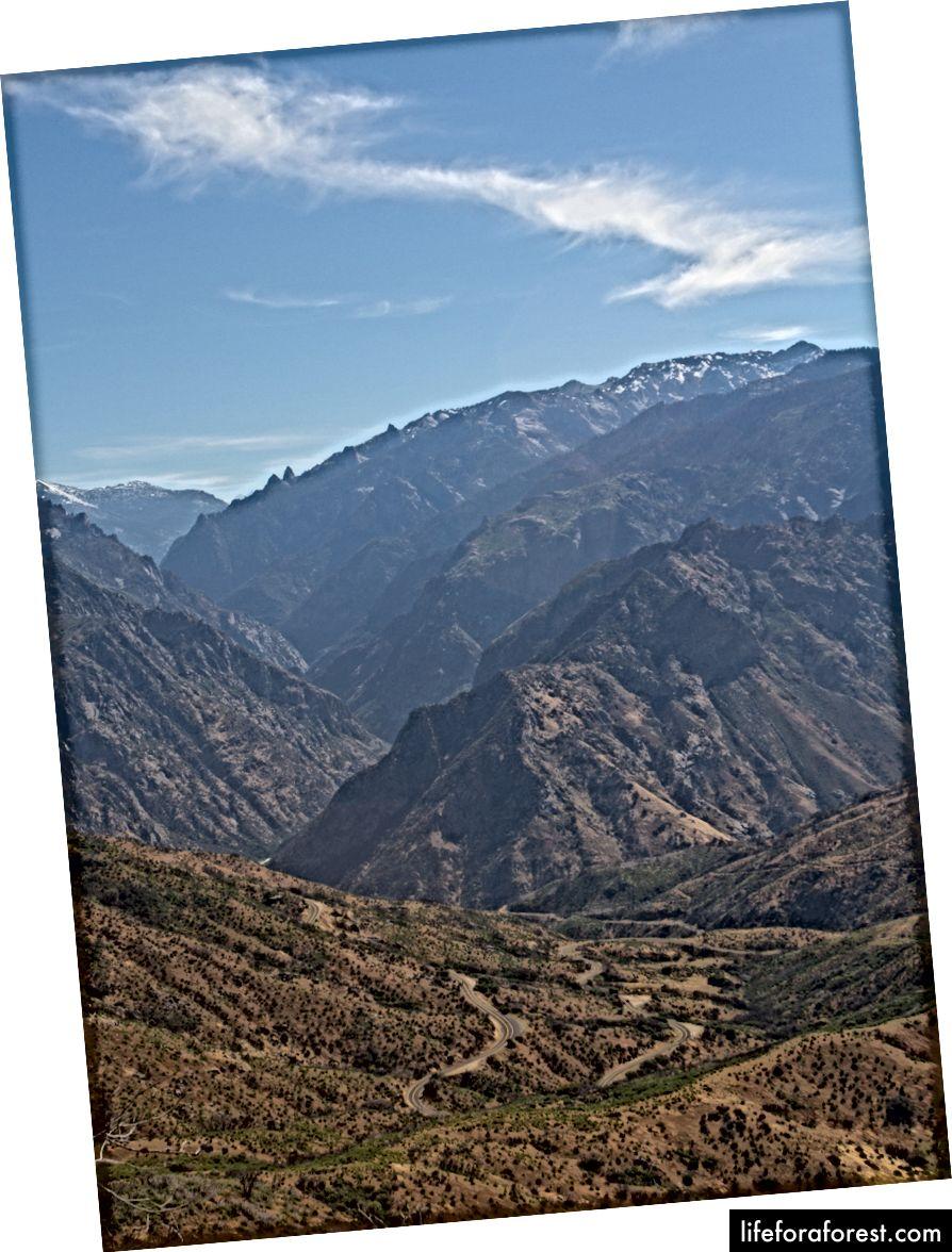 Riksvei 180 slynger seg fra fjelltoppen ned til bunnen av canyon, og følger Kings River i omtrent 15 mil til Road's End.