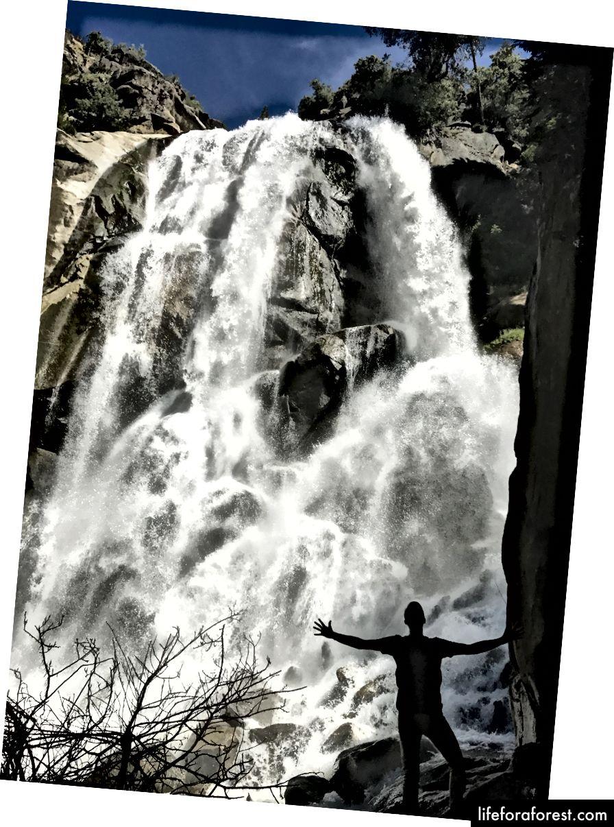 Nick blir sprengt av den iskalde tåkeskyen ved bunnen av Grizzly Falls, og ser ut som en liten liten mann.