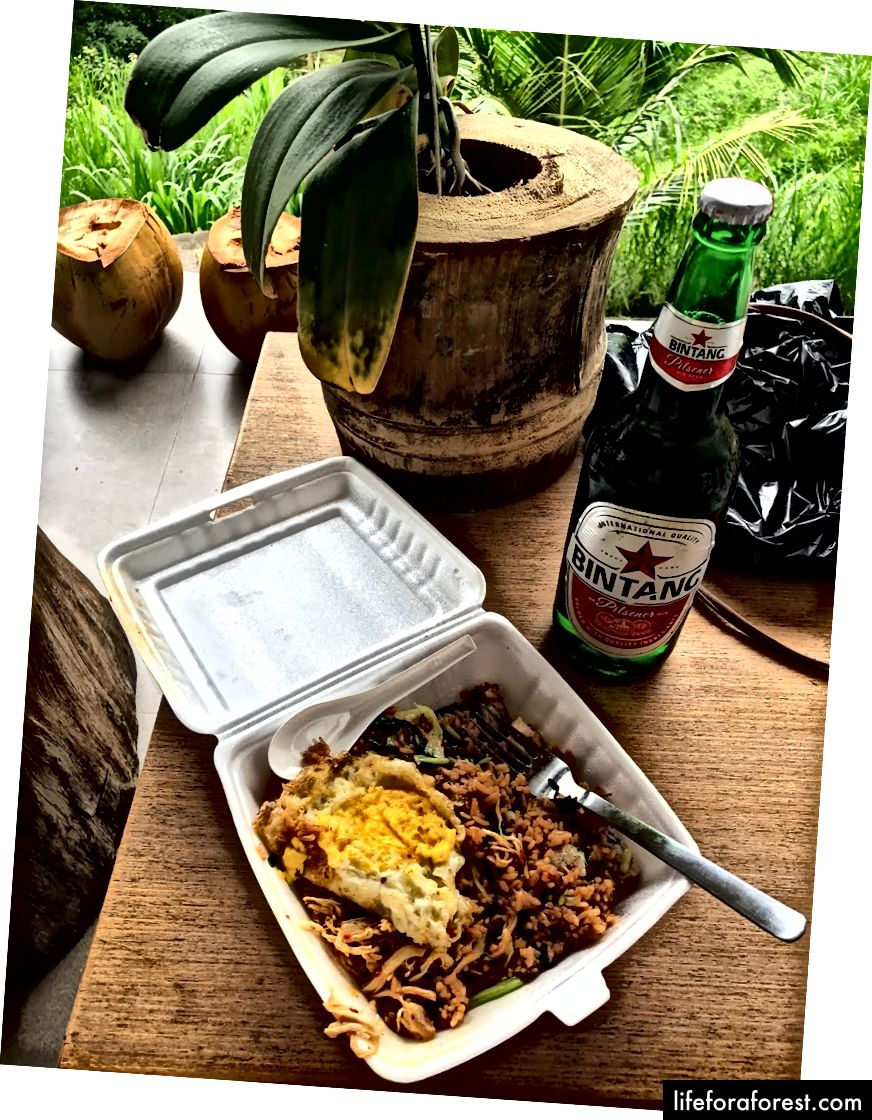 Ví dụ bữa ăn, Nassi Gorang và Bintang, từ một Warung gần đó (khoảng $ 3)