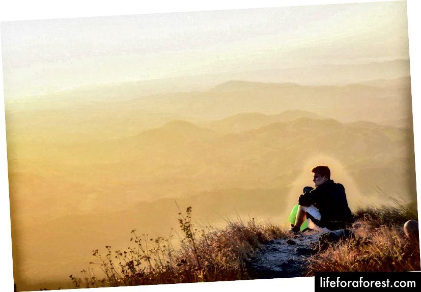 Trên đỉnh núi để ngắm hoàng hôn khi đi du học ở Costa Rica.