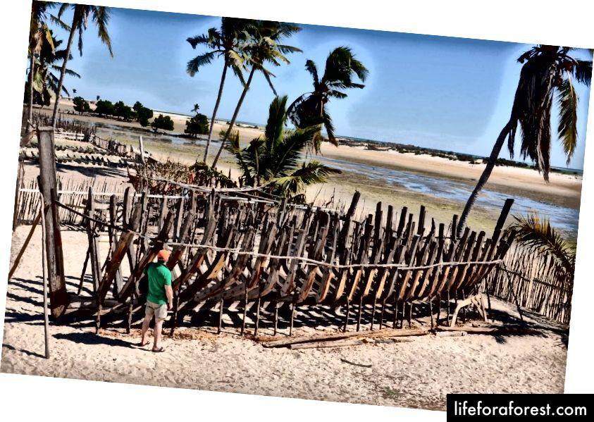 Tradiční stavba dhow v Belo sur mer © Holy