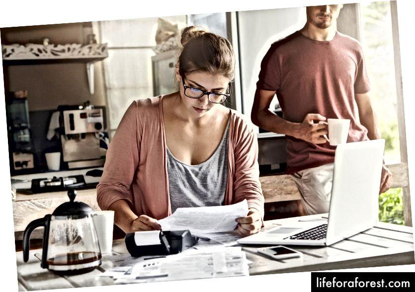 Commencez un budget mensuel. Photo par le studio WAYHOME / Shutterstock.